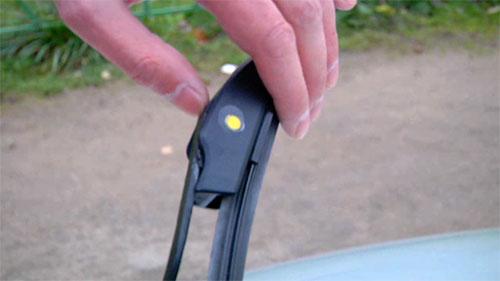 Как снять и поставить дворники на автомобиле