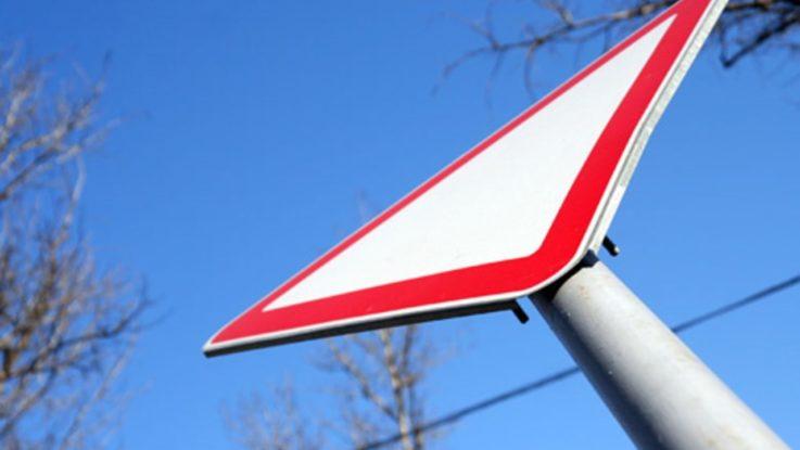 Как выглядит знак «Уступи дорогу» и как его читать в различных ситуациях{q}