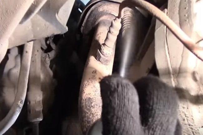 Самостоятельно меняем глушитель на автомобиле «Рено Логан»
