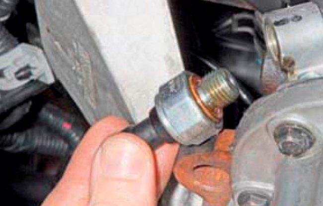Быстрая и самостоятельная замена датчика давления масла на автомобилях ДЭУ
