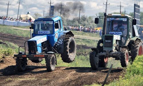 Гонки на тракторах под оглушающий рев моторов