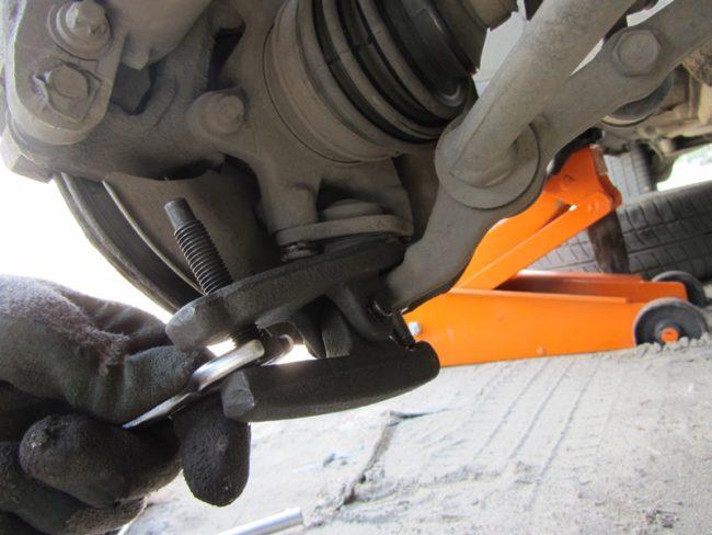 Появился стук в передней части автомобиля? Проверьте шаровые