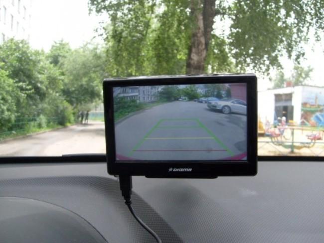 Самостоятельно подключаем камеру заднего вида к навигатору